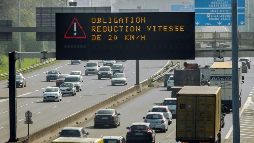 La vitesse est réduite de 20 km/h pour lutter contre la pollution de l'air le 10 avril 2015 sur le périphérique de Lille