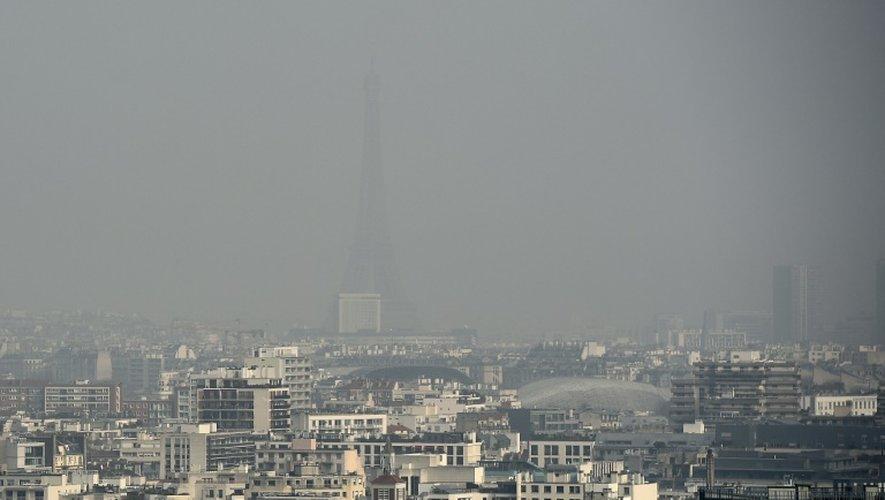 La tour Eiffel et les toits de Paris dans un nuage lors d'un pic de pollution le 18 mars 2015