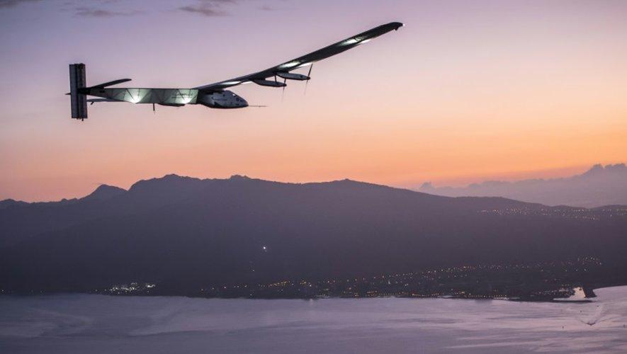Solar Impulse 2 à l'approche de l'aéroport Kalaeloa d'Oahu, à Hawaï, le 3 juillet 2015