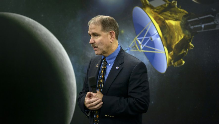 John M. Grunsfeld, un responsable de la Nasa, s'exprime le 14 juillet 2015 devant une représentation de la sonde New Horizons à l'université Johns Hopkins, dans le Maryland