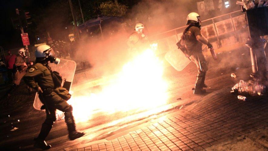 La police anti-émeutes courent après des manifestants qui lancent des cocktails Molotov dans le centre d'Athènes, le 15 juillet 2015