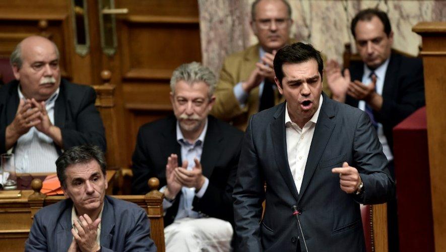 Le Premier ministre grec Alexis Tsipras (d) s'adresse aux députés, au Parlement grec à Athènes, le 15 juillet 2015
