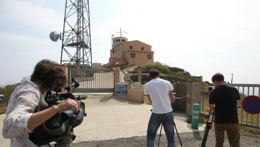 Les journalistes filment, le 16 juillet 2015, le sémaphore du cap Béar où l'un des suspects fut guetteur de la Marine nationale, avant d'être réformé en janvier 2014
