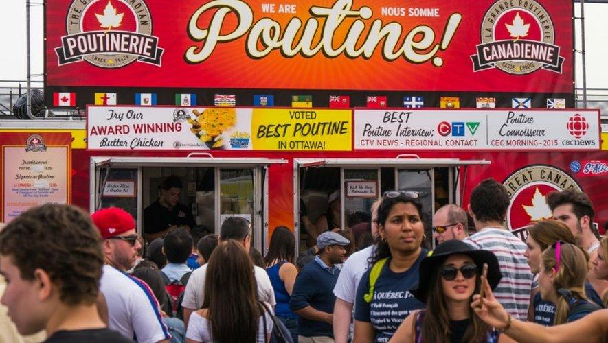"""Un camion de rue vendant de la poutine au """"Poutinefest"""" de Montréal, le 3 juillet 2015"""