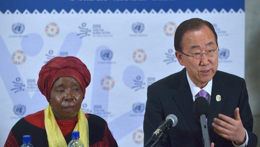 Le secrétaire général de l'ONU, Ban Ki-moon (à d.) et la président de l'Union africaine Nkosazana Dlamini Zuma tiennent une conférence de presse le 13 juillet 2015 à Addis Abeba, en Ethiopie