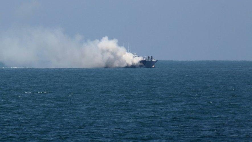 De la fumée s'élève au-dessus d'un bateau de la marine égyptienne au large de la péninsule du Sinaï, le 16 juillet 2015