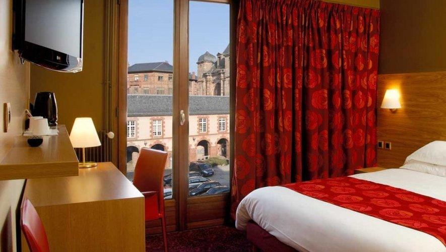 À Rodez, l'hôtel de la Tour Maje ne reçoit pas de coureurs  mais des VIP.  Outre le directeur  du Tour, Christian Prudhomme, l'établissement accueille ainsi Bernard Hinault, Bernard Thévenet et Gilbert Duclos-Lassalle, légendes de la Grande Boucle.