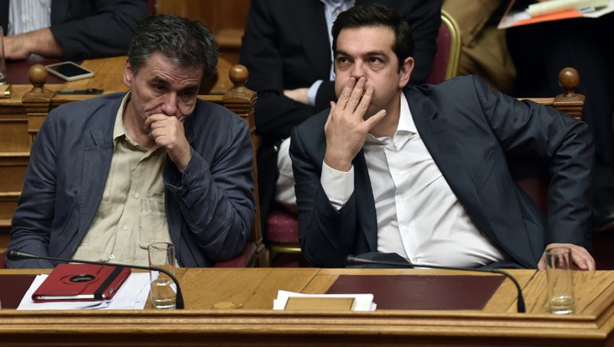 Le Premier ministre grec Alexis Tsipras (D) et le ministre des Finances Eyclid Tsakalotos lors d'une session du parlement à Athènes, le 16 juillet 2015