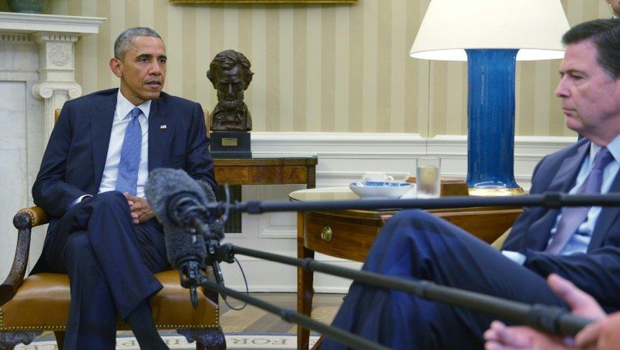 Le président américain Barack Obama rencontre le patron du FBI James Comey (d) après la fusillade dans le Tennessee, à la Maison Blanche le 16 juillet 2015