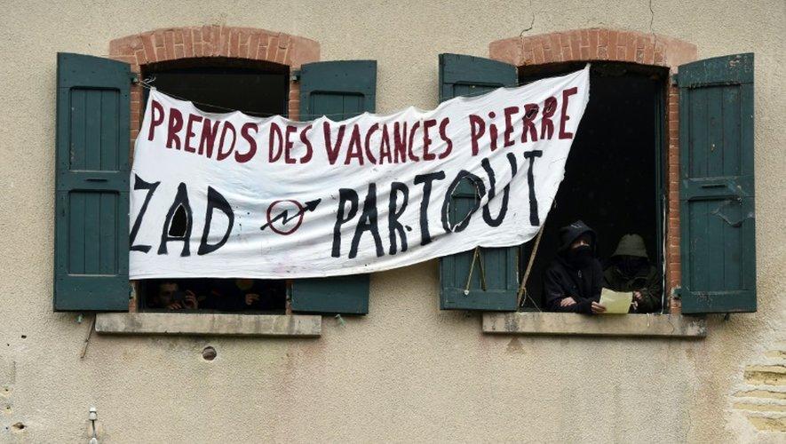 Des opposants à un projet de Center Parcs ont affiché une banderole sur une maison qu'ils occupent à Roybon, en Isère, près du site où est prévu l'implantation du projet, le 30 novembre 2014