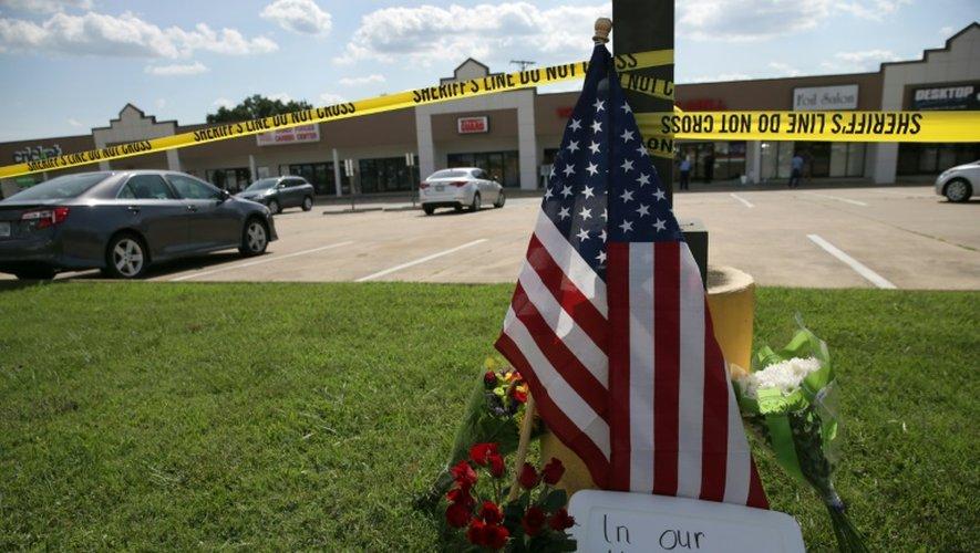 Un mémorial improvisé devant le centre de recrutement de l'armée américaine victime d'une attaque, le 16 juillet 2015, à Chattanooga, dans le Tennessee