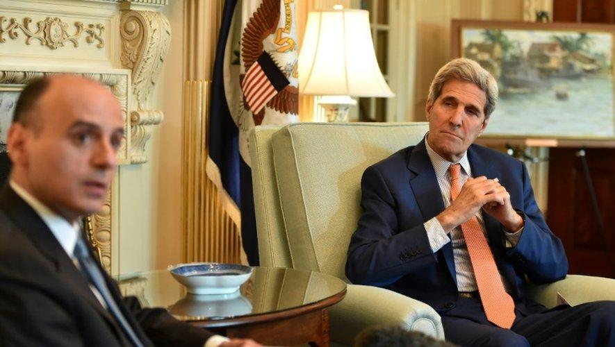 Le ministre saoudien des affaires étrangères Adel al-Jubeir (g) et le secrétaire d'Etat américain John Kerry s'entretiennent à Washington DC sur le nucléaire iranien, le 16 juillet 2015