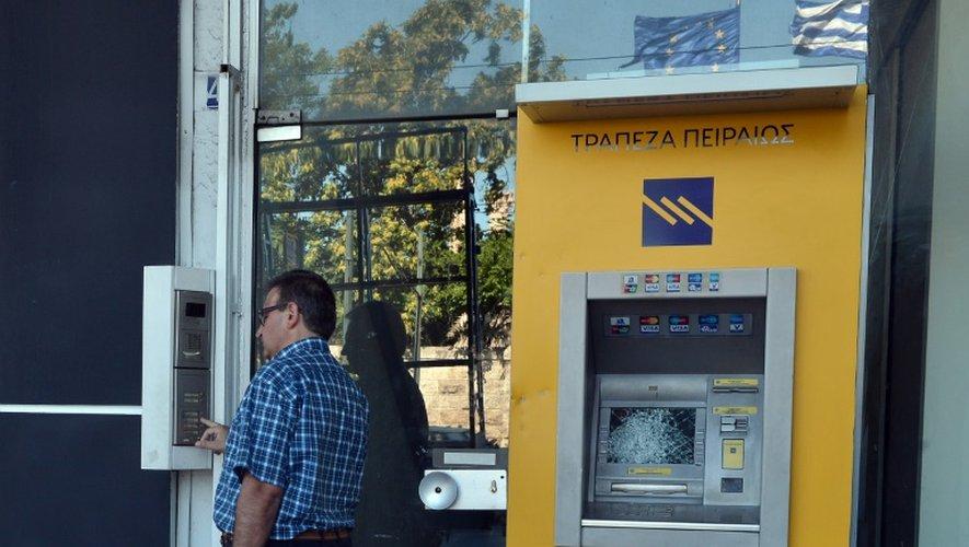 Un distributeur automatique de billets vandalisé à Athènes, le 16 juillet 2015