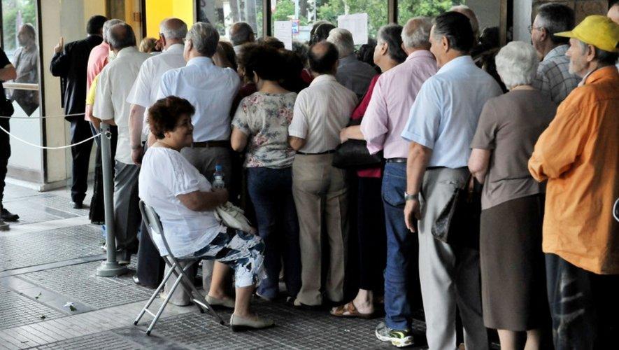 Des Grecs font la queue à l'extérieur d'une banque à Thessalonique le 10 juillet 2015