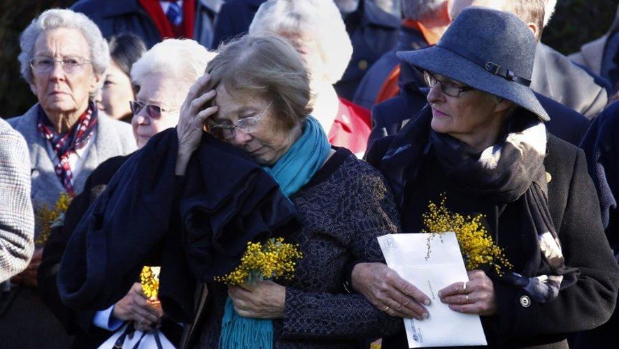 Des proches de victimes australiennes du crash du vol MH17 de la compagnie aérienne Malaysia Airlines participent à une cérémonie à Canberra, le 17 juillet 2015