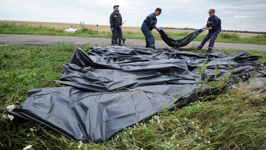 Des secouristes ukrainiens récupèrent le 19 juillet 2014 les corps des victimes du vol MH17 sur le site du crash à Grabove, dans l'est de l'Ukraine