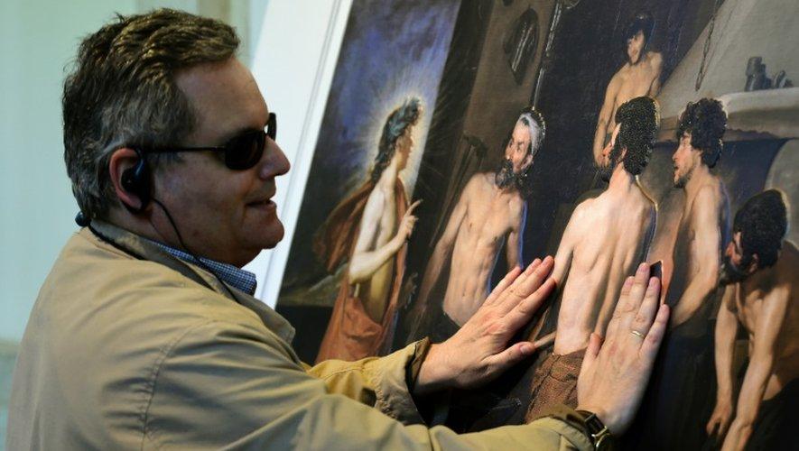 Jose Pedro Gonzalez visite la première exposition destinée spécialement aux non-voyants, au musée du Prado à Madrid, le 18 juin 2015