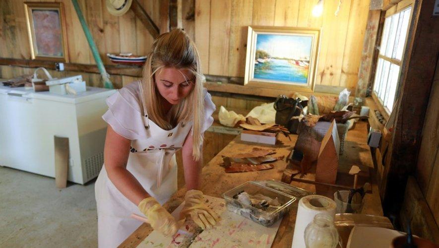 Marielle Philip, à la tête de la start-up Femer, travaille une peau de poisson dans son atelier à La Teste-de-Buch, en Gironde, le 7 juillet 2015