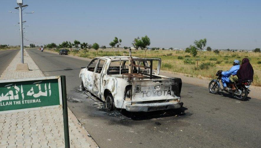 Un véhicule de police incendié et abandonné sur une route de Damaturu, au nord-est du Nigeria, le 7 novembre 2011