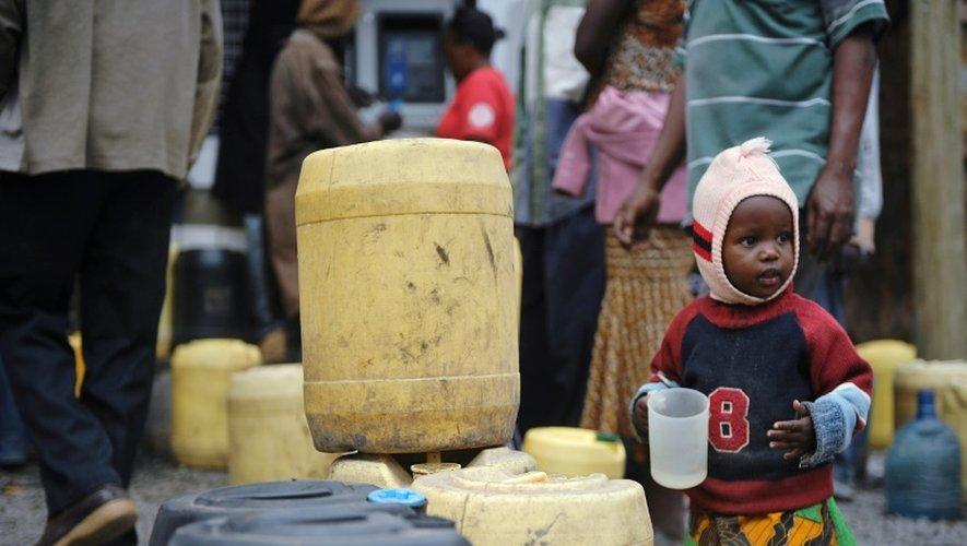 Au Kenya, des distributeurs automatiques permettent à la population des bidonvilles d'accéder à prix réduit à l'eau, le 24 juin 2015 à Nairobi
