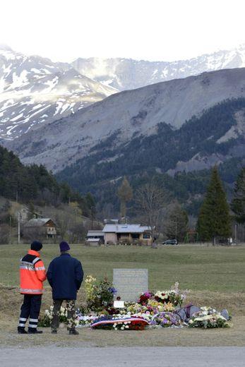 La stèle érigée en hommage aux victimes du crash de la Germanwings au Vernet, dans les Alpes françaises, le 5 avril 2015