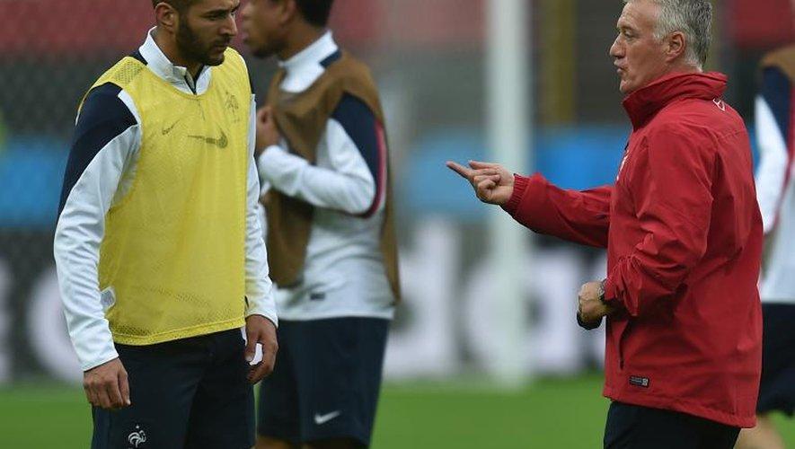 L'entraîneur de l'équipe de France de football Didier Deschamps parle avec l'attaquant Karim Benzéma durant une séance de préparation à Porto Alegre, le 14 juin 2014