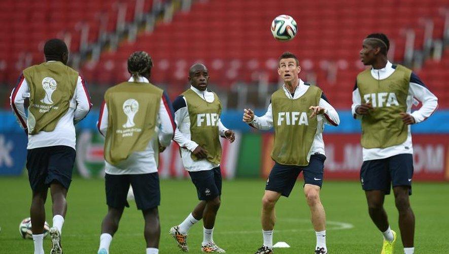Le défenseur français Laurent Koscielny, au ballon, avec d'autres membres de l'équipe de France de football à l'entraînement à Porto Alegre, le 14 juin 2014