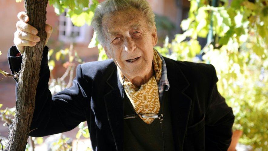 Jean Lacouture pose dans sa maison du Roussillon (sud de la France) le 27 septembre 2010