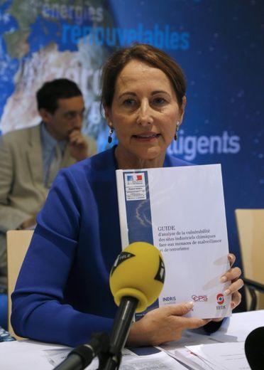 La ministre de l'Ecologie Ségolène Royal lors d'une réunion le 17 juillet 2015 à Paris consacrée aux sites Seveso à Paris