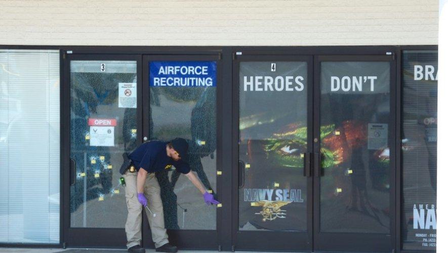 Des membres du FBI enquêtent près du centre de recrutement pour les marines à Chattanooga, au Tennessee le 17 juillet 2015
