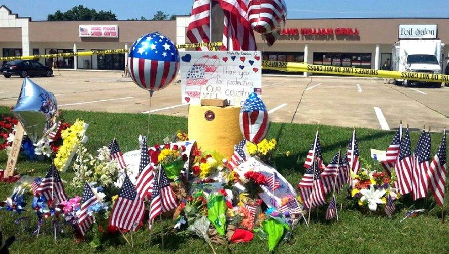 Photo prise le 17 juillet 2015 d'un mémorial improvisé  devant le centre de recrutement de l'armée américaine victime d'une attaque, la veille à Chattanooga, dans le Tennessee