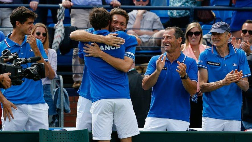 La joie du camp français après la victoire de Gilles Simon lors du premier simple face à la Grande-Bretagne en quart de finale de Coupe Davis, le 17 juillet 2015 à Londres