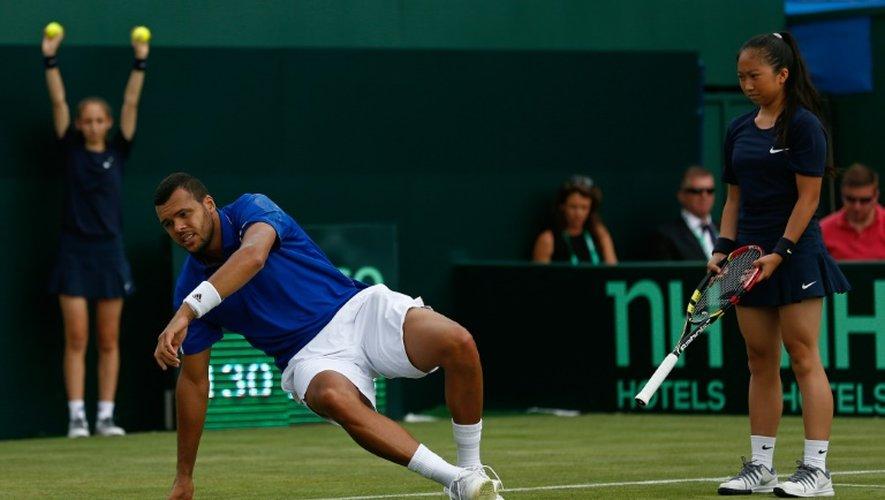 Jo-Wilfried Tsonga au cours de son match contre le Britannique Andy Murray en quart de finale de la Coupe Davis, le 17 juillet 2015 à Londres