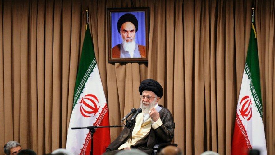 Photo diffusée par les autorités iraniennes du guide suprême, l'ayatollah Ali Khamenei, commentant les négociations sur le programme nucléaire, le 23 juin 2015 à Téhéran