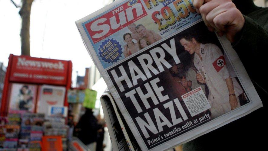 """Un exemplaire du tabloïd The Sun titrant """"Harry le nazi"""", à Londres le 13 janvier 2005"""