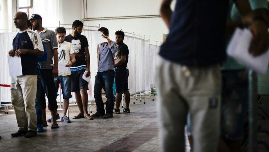 Des migrants attendent de déposer une demande d'asile, qui légalise pour 72 heures leur séjour en Serbie, à Presevo, le 16 juillet 2015 près de la Macédoine