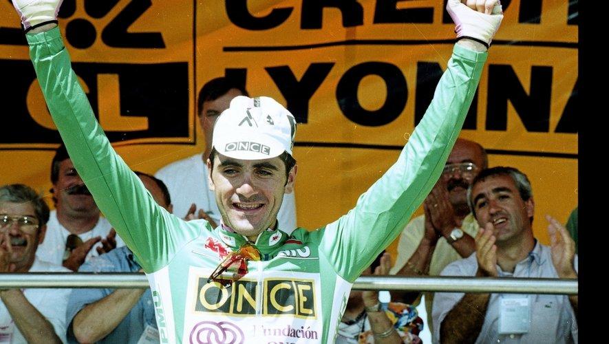 Le 14juillet 1995, Laurent Jalabert, coureur de l'équipe Once et maillot vert du Tour, exulte après avoir franchi la ligne d'arrivée, seul en tête, au sommet de la Croix-Neuve, à Mende.