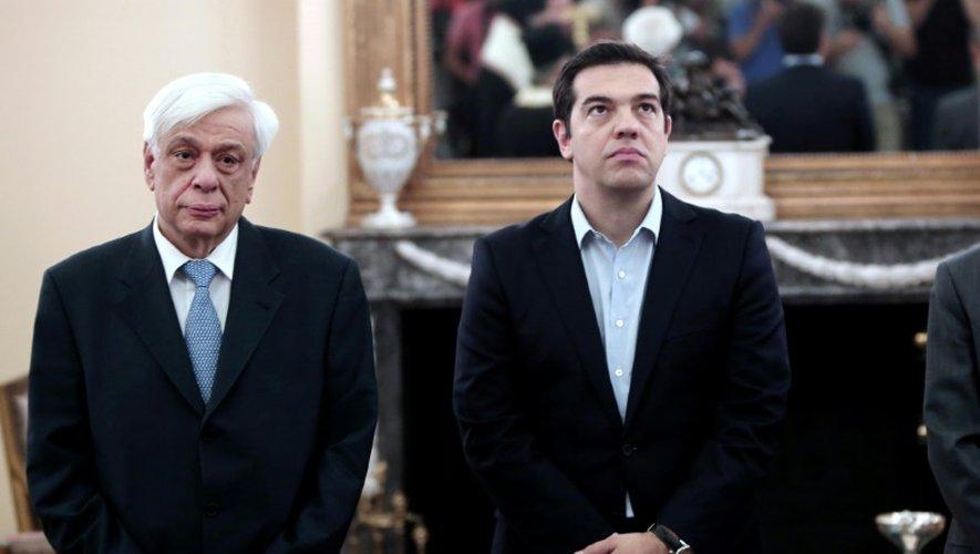 Le président grec Prokopios Pavlopoulos (g) et le Premier ministre Alexis Tsipras lors de la cérémonie d'investiture de nouveaux ministres, le 18 juillet 2015 à Athènes