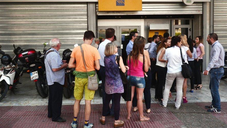 File d'attente devant un distributeur de billets, à Athènes, le 29 juin 2015