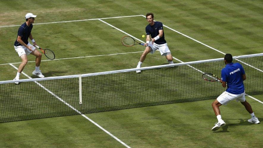 Les frères britanniques Jamie (g) et Andy Murray face à la paire française Jo-Wilfried Tsonga/Nicolas Mahut en quart de finale de la Coupe Davis, le 18 juillet 2015 à Londres
