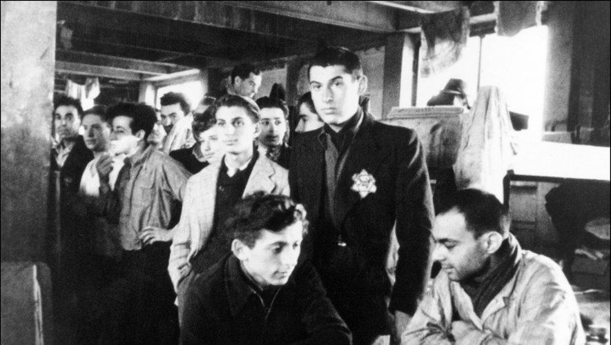Photo prise en 1942 de juifs internés dans le camp de Drancy avant d'être déportés vers les camps d'extermination nazis