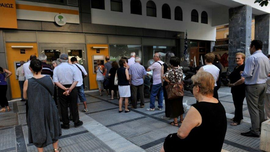 Des gens font la queue devant des distributeurs de billets à Thessalonique en Grèce, le 8 juillet 2015
