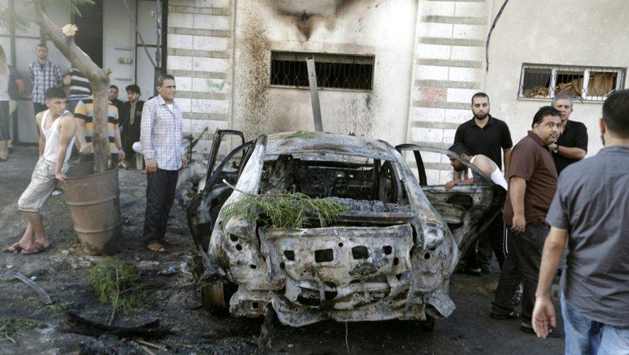 Une voiture détruite à Gaza le 19 juillet 2015, après l'explosion quasi-simultanée de 5 voitures appartenant à des membres du Hamas et du Jihad islamique