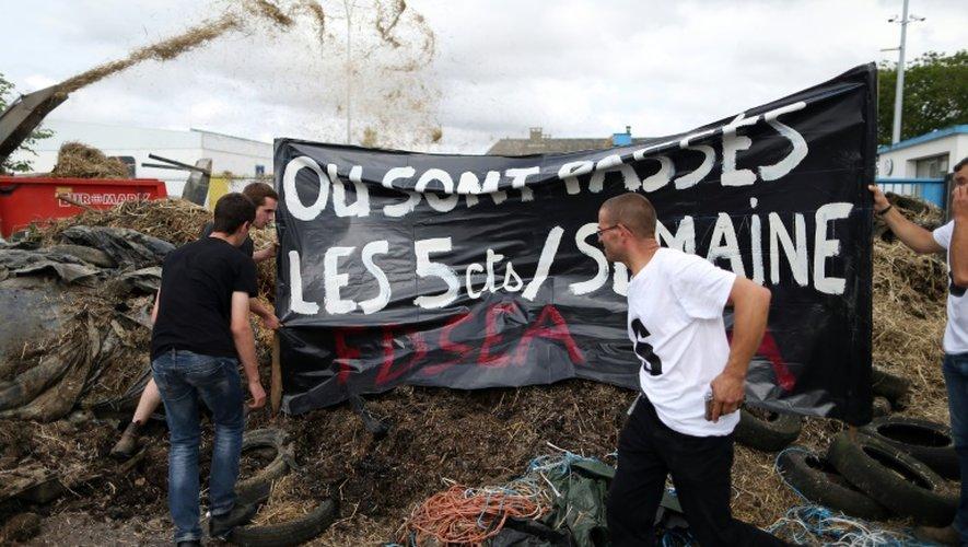 Des agriculteurs manifestent contre la faiblesse des prix de vente de leurs produits, à Villers-Bocage, près de Caen, le 19 juillet 2015