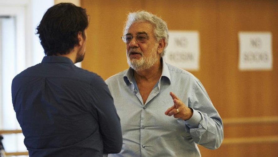 Le ténor espagnol Placido Domingo parle au ténor français Julien Behr lors d'une répétition au Royal Opera House à Londres le 17 juillet 2015