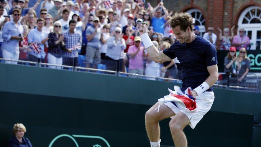 La joie du Britannique Andy Murray après sa victoire face à Gilles Simon, qui qualifie la Grande-Bretagne pour les demi-finales de la Coupe Davis, le 19 juillet 2015 à Londres