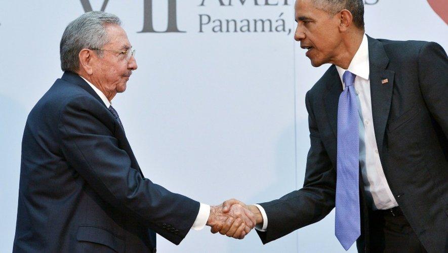 Les présidents américain Barack Obama (d) et cubain Raul Castro se saluent lors du Sommet des Amériques, le 11 avril 2015 à Panama City
