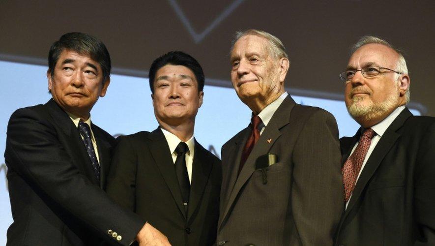 L'ancien prisonnier de guerre américain James Murphy (2e d) serre les mains des dirigeants de Mitsubishi Materials Hikaru Kimura et Yukio Okamoto, le 19 juillet 2015 à Los Angeles, aux Etats Unis