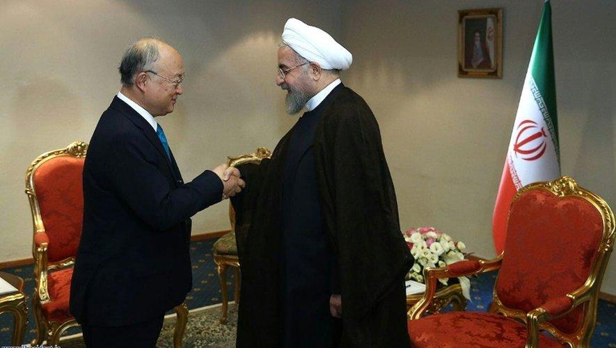 Photographie diffusée le 2 juillet 2015 par le gouvernement iranien montrant le président Hassan Rohani (d) en train de recevoir à Téhéran le chef de l'AIEA, l'agence nucléaire de l'Onu, Yukiya Amano