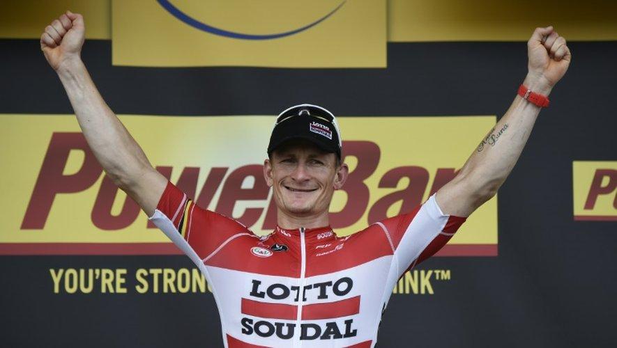 L'Allemand Andre Greipel célèbre sur le podium d'arrivée sa victoire dans la 15e étape du Tour de France, le 19 juillet 2015 à Valence